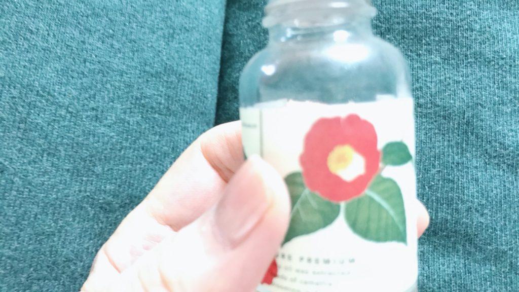 桜島椿オイルを手に持ったところ