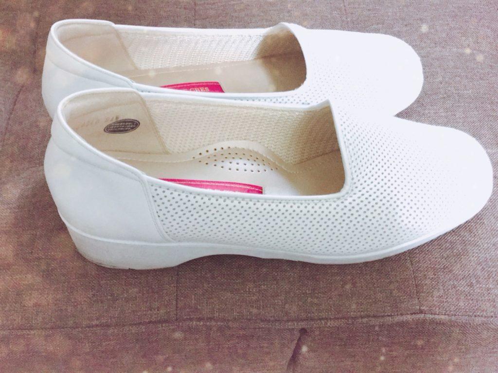 白い靴を斜めから撮ったところ