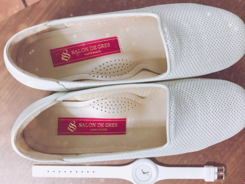 白い靴と白い時計