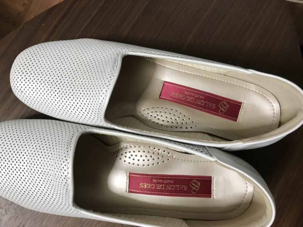 新品の白い靴