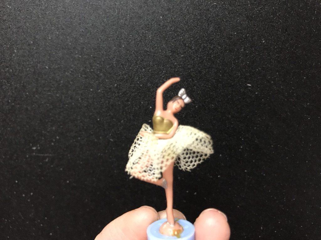 オルゴールの中心で踊るバレリーナの人形アップ