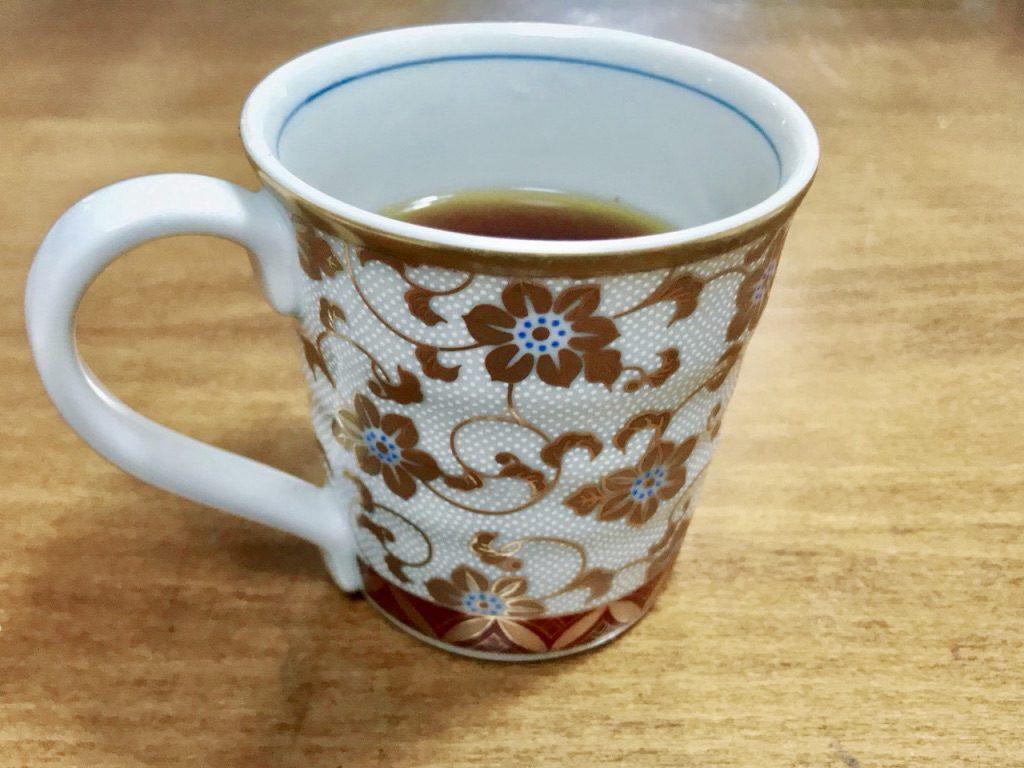 机に置かれたコーヒーカップ