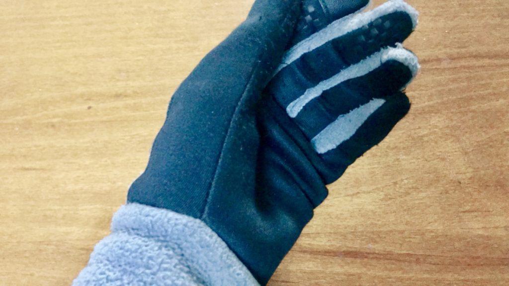 息子からもらったNIKEのお古の手袋をはめたところ