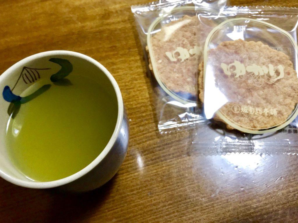 市川園の抹茶入り玄米茶とゆかりせんべい