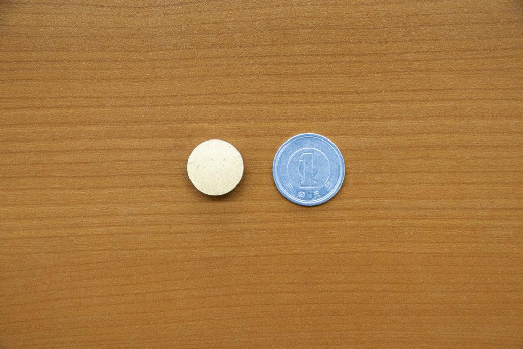 ブレスマイルを1円玉と並べた大きさ比較写真
